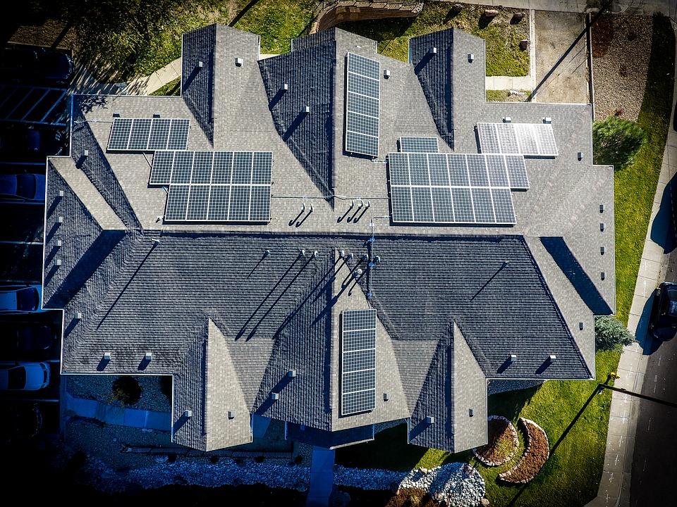 15 család napelemes rendszerét akarja lebontatni a visegrádi önkormányzat